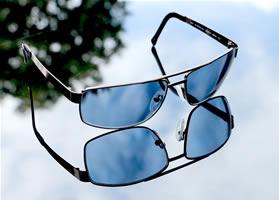 Een blauwe zonnebril is slecht, kan schade aan ogen veroorzaken